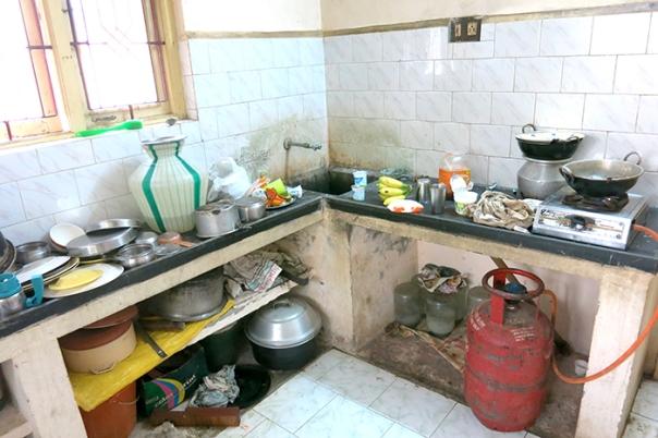 Detta är köket. Jag tror inte vi gick in där en enda gång utan att Madelen påpekade hur äckligt det var! Stackare som stått ut i sex månader!!